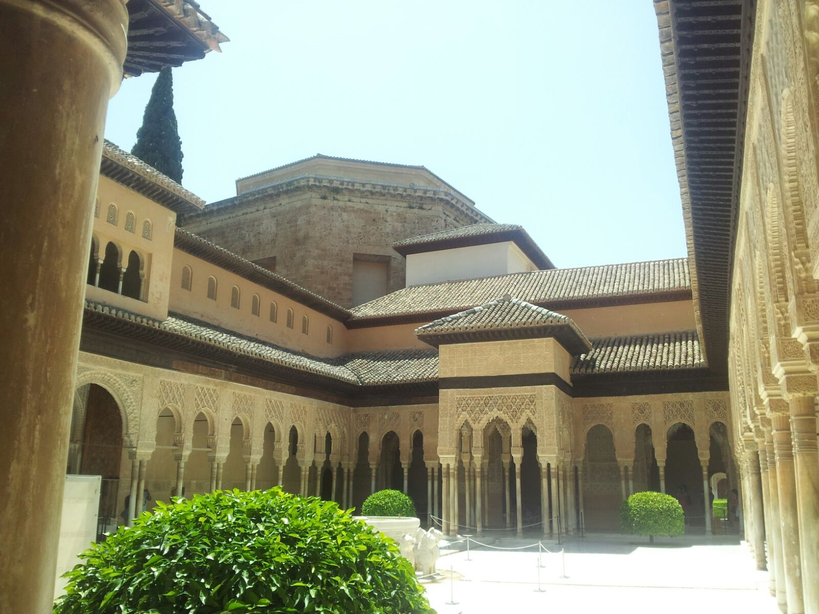 uno scorcio dell'Alhambra dall'interno